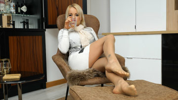 Maturenl - British MILF Tara Spades playing with herself
