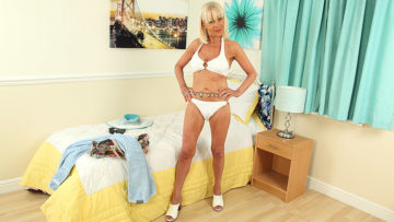 Maturenl - British Mature Elaine loves to play with a banana