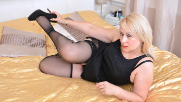 Maturenl - British chubby housewife playing with herself
