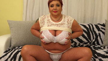 Maturenl - Curvy mature BBW playing with herself