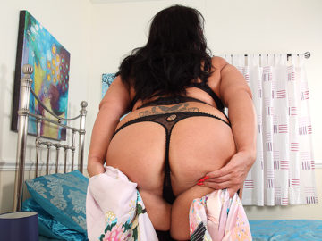 Maturenl - Curvy mature lady playing with herself