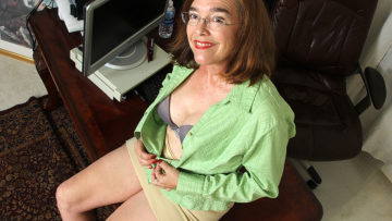 Maturenl - Hairy American mature lady playing with herself