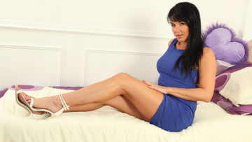 Maturenl - Hot Steamy MILF Raven loves to play with herself