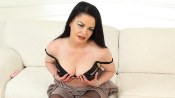 Maturenl - Naughty British housewife playing with her pussy