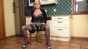Maturenl - Naughty housewife getting herself wet and wild