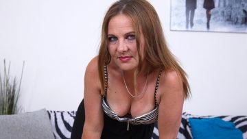 Maturenl - Naughty housewife masturbating on her cocuh