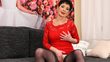 Maturenl - This naughty housewife loves playing with herself