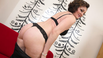Maturenl - This naughty housewife loves to play with her wet pussy