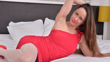 Maturenl - Unshaved British mature lady playing with herself