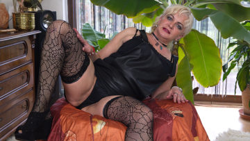 Maturenl - Curvy Shaved Mature Lady Playing With Herself