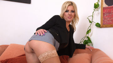 Maturenl - Cute Housewife Playing With Her Wet Pussy On The Couch
