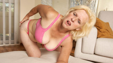 Maturenl - Horny Housewife Janice Loves To Get Wet And Wild