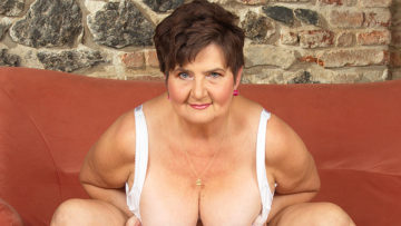 Maturenl - Horny Mature Lady Playing With Her Hairy Pussy