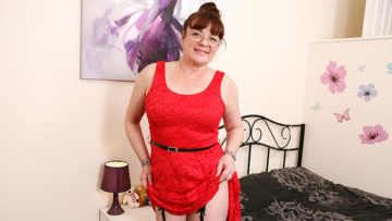 Maturenl - Naughty British Housewife Masturbating On Her Bed With Toys