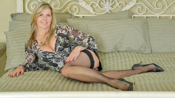 Maturenl - Sexy Canadian MILF Shows Her Goods And Masturbates