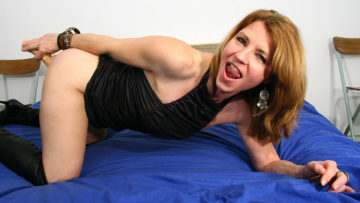 Maturenl - This Horny MILF Loves To Get Wet On Her Bed