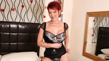 Maturenl - This Kinky Uk Housewife Loves To Play With Her Pierced Pussy